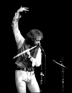 Ian Anderson had more than one finger in 1977